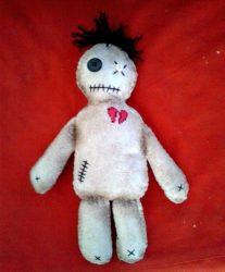 amarre con muñeco vudu